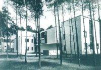 Эстетика функционализма 20-х годов воплощена в этом общежитии преподавателей школы «Баухауз», спроектированном Вальтером Гропиусом в Дессау, и в геометрическом узоре афиши, извещающей о выставке работ его школы.