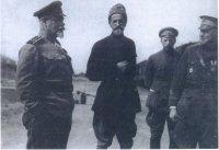 В качестве демонстрации поддержки антикоммунистических сил белых посланец американского Красного Креста майор Джордж Райден (справа) побывал в расположении армии генерала Деникина (слева).