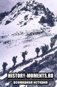 Крестьяне, ставшие солдатами, преодолевают коварные горные цепи во время Великого похода.