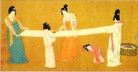 Китаянки XII в. разглаживают только что сотканную шелковую материю. Шелкоткачество было одной из важнейших женских обязанностей.