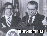 Ричард Никсон прощается с сотрудниками Белого дома (август 1974) после ухода с поста президента из-за причастности к Уотергейтскому скандалу. Рядом его зять Дэвид Эйзенхауэр.