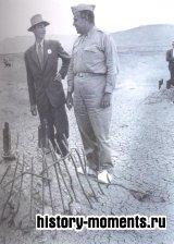 Дж. Р. Оппенгеймер (слева) осматривает оплавленные остатки стальной башни, где помещалась атомная бомба, после ее испытания в Нью-Мексико.