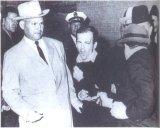 Джек Руби стреляет в Ли Харви Освальда (в центре). Заставили Освальда замолчать, чтобы он не раскрыл деталей заговора против Кеннеди?