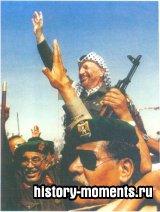 Июль 1994 г. Прибывшего в сектор Газа лидера ООП Ясира Арафата приветствуют как героя после заключения договора об образовании Палестинской автономии.