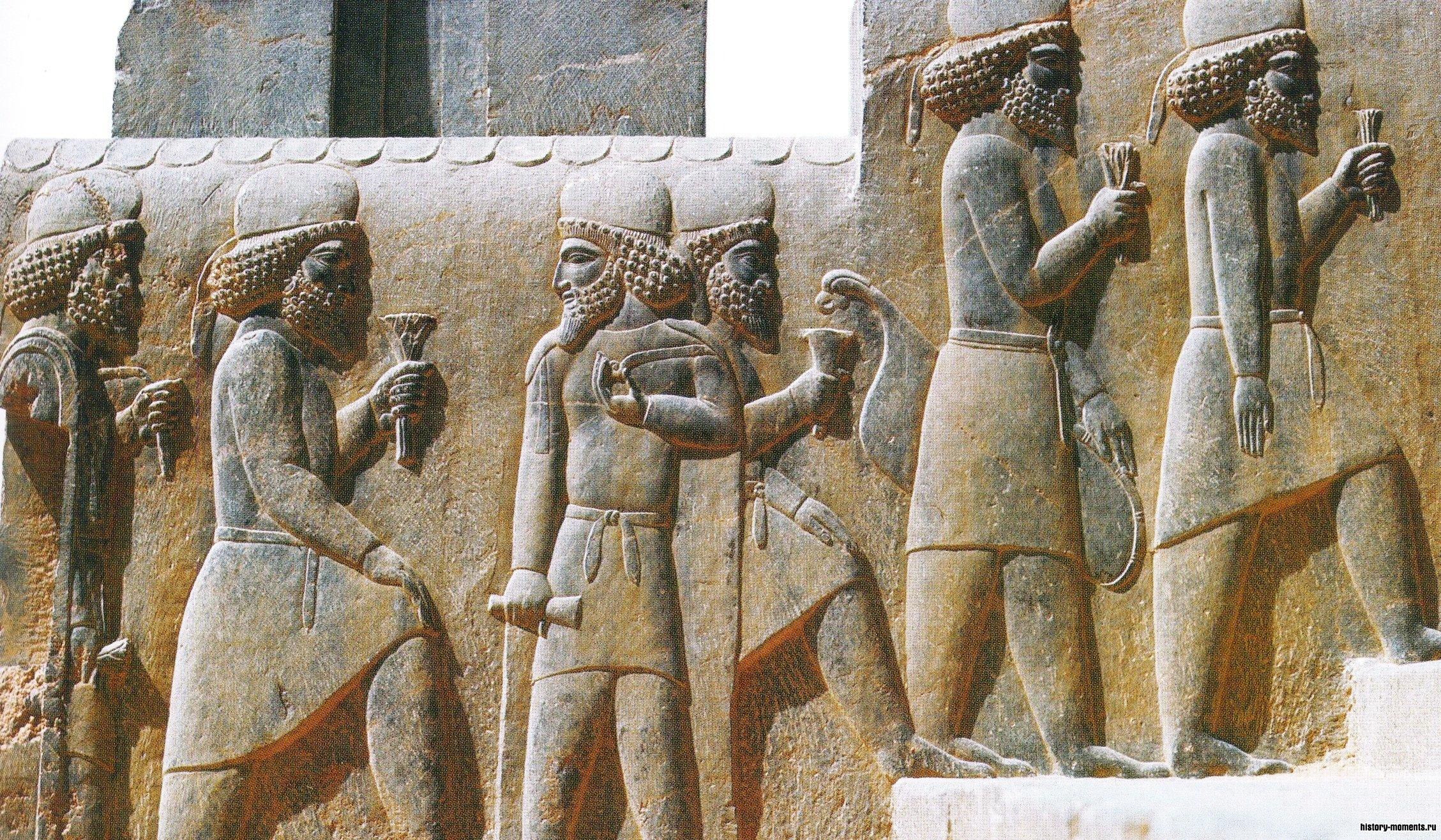 На рельефах - все покоренные народы   империи, приносящие! дань персидскому царю.