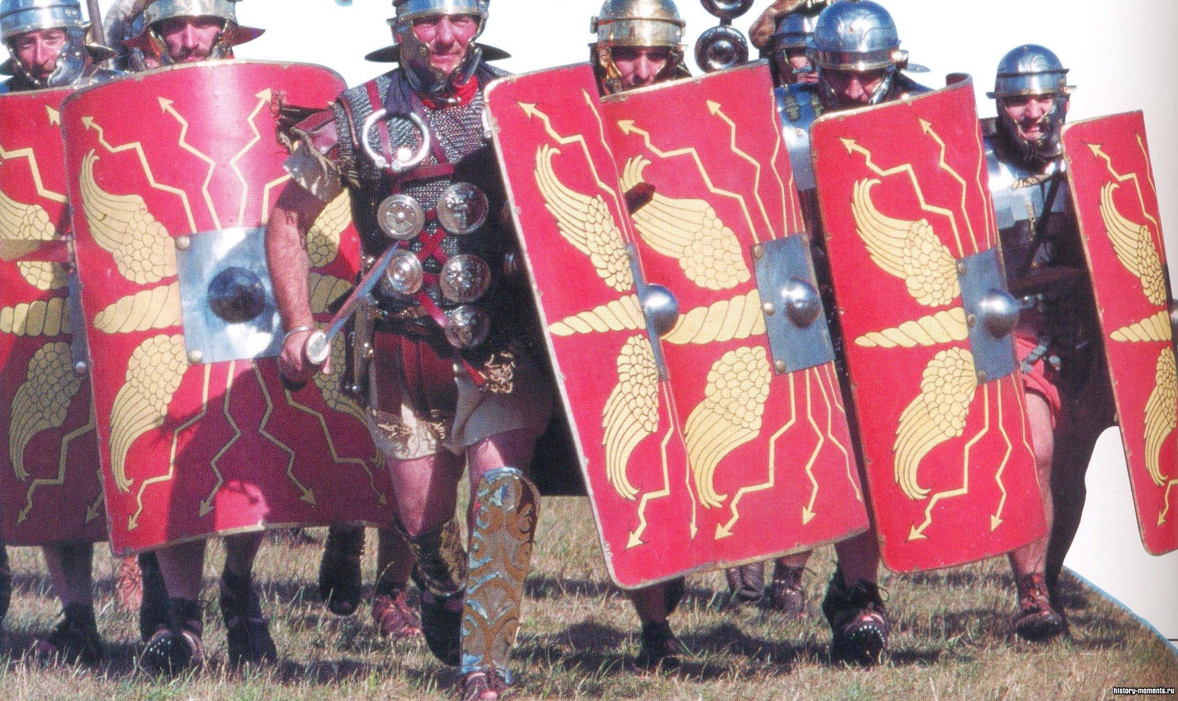 Здесь изображены люди в амуниции римских воинов. Человек в шлеме с перьями - это центурион (командир центурии - отряда из 80-100 солдат).