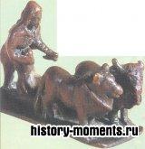 Эта скульптура изображает римского крестьянина, вспахивающего поле с помощью плуга, который тянут два быка.