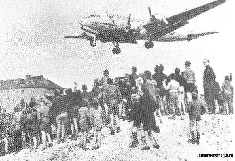 Американский самолет наводит «воздушый мост» в Западный Берлин во время его блокады.