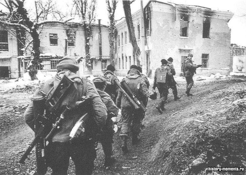 Российские войска патрулируют разрушенную Чечню (1995).