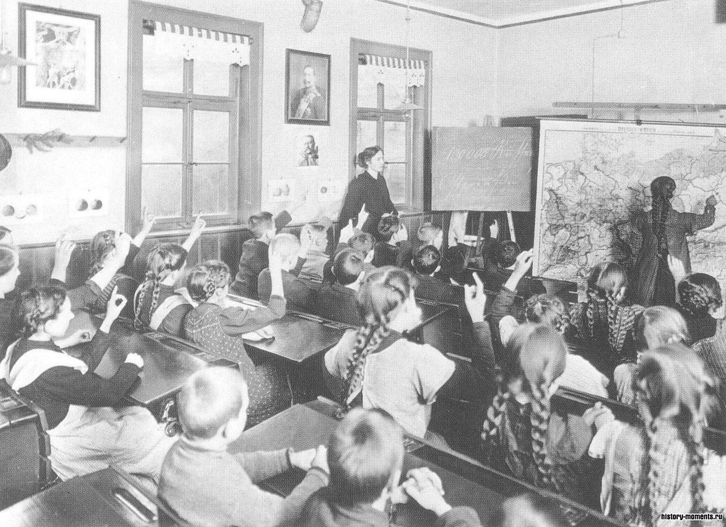 Урок истории в начале Первой мировой войны. Портрет кайзера Вильгельма II смотрит со стены на берлинских школьников, которые смогли воспользоваться благами самой ранней в мире системы государственного школьного образования.
