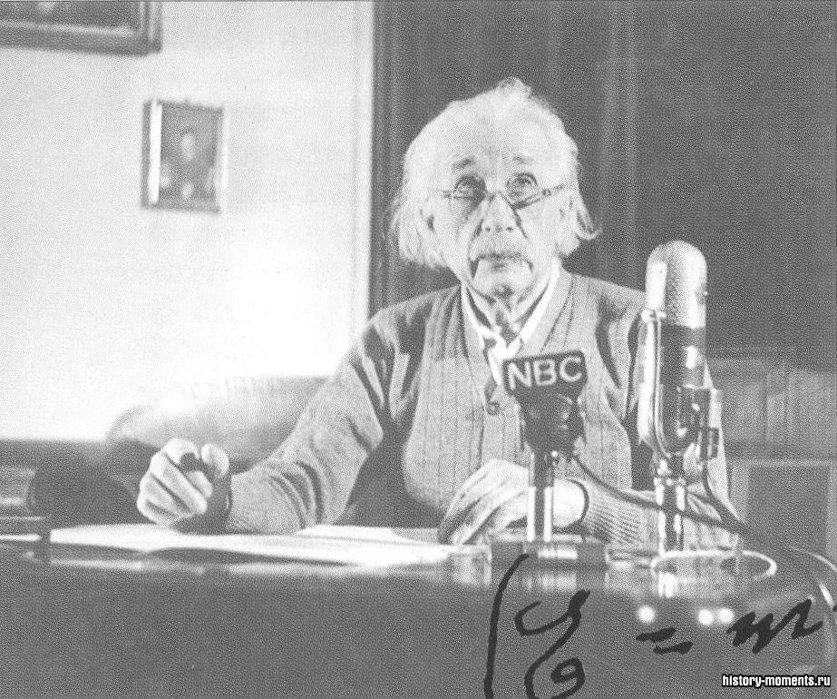 Альберт Эйнштейн выступает по радио в США. Его знаменитое уравнение (внизу) выражает связь между массой и энергией.