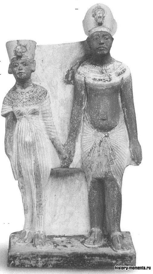 Статуи египетского фараона Эхнатона и его супруги. Он построил огромный храм без крыши в своей новой столице, чтобы веру ющие могли поклоняться богу солнца Атону.