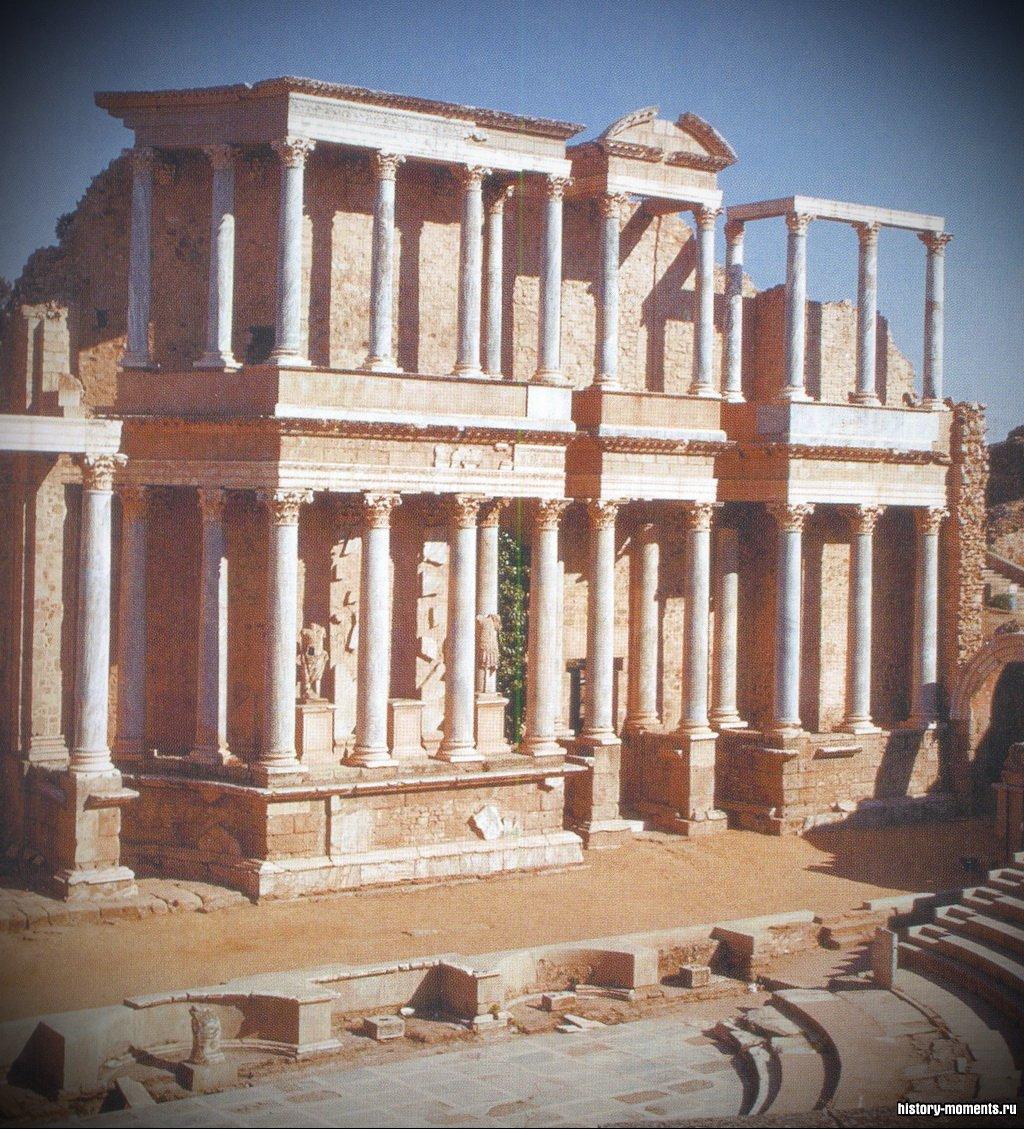 Развалины римского театра в Мериде (Западная Испания). В центре - здание сцены, справа - каменные сиденья.