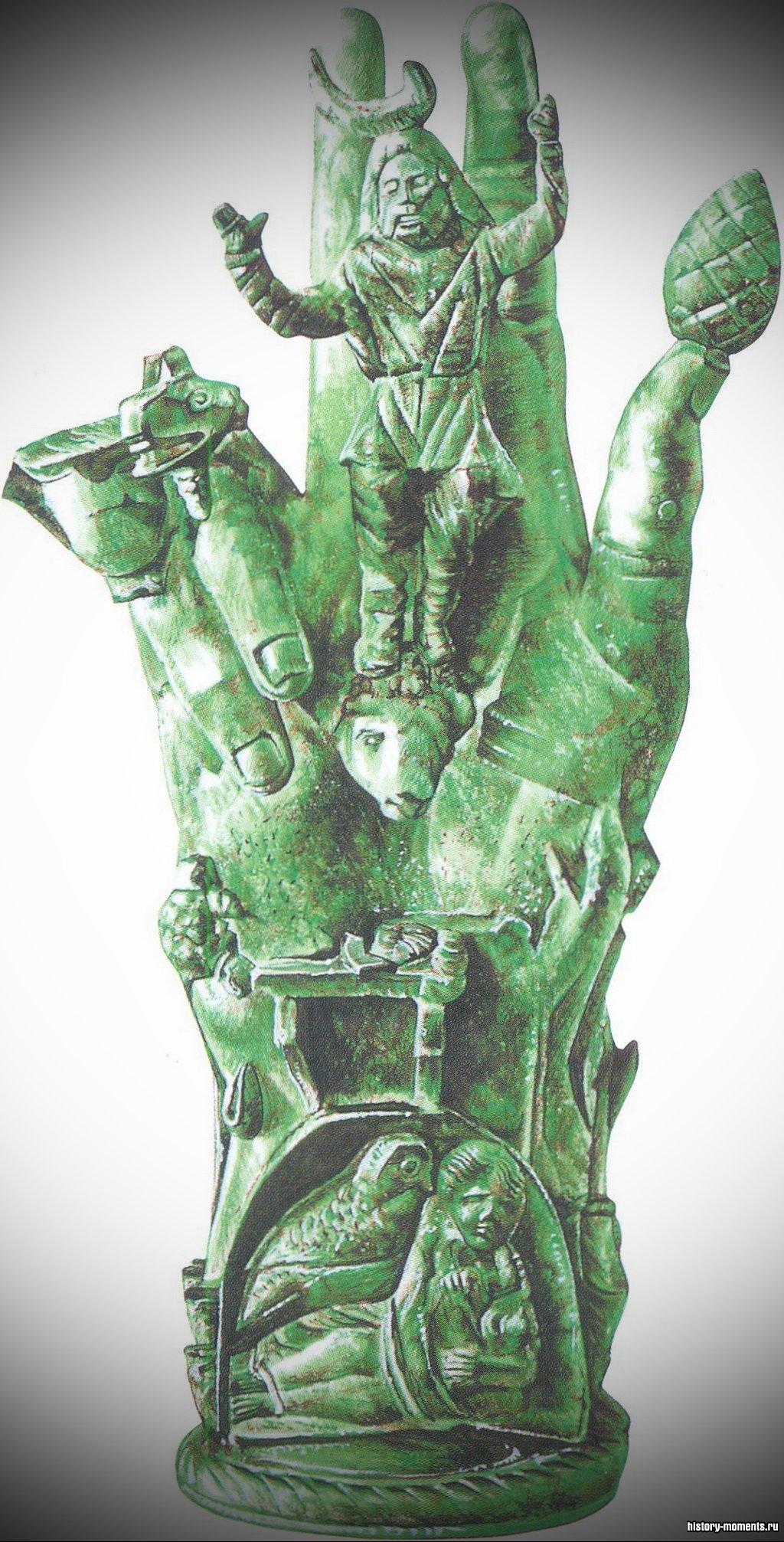 Бронзовая скульптура руки с символическими фигурами, призванными отгонять злых духов.