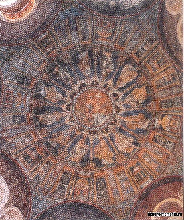 Великолепный мозаичный потолок купола церкви города Равенны (Италия).