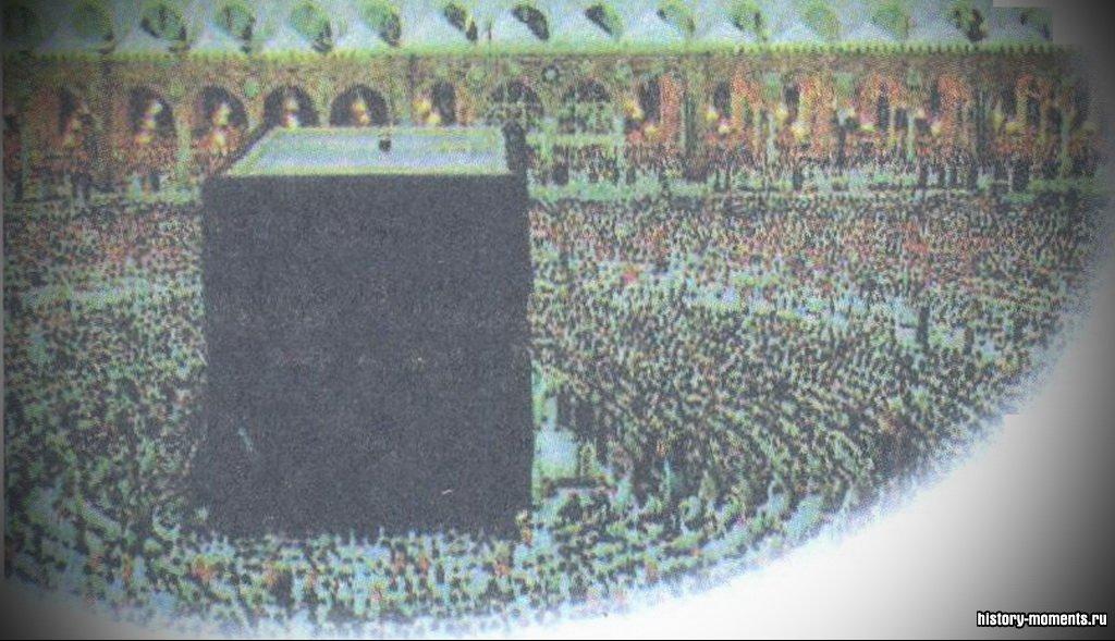 Миллионы мусульманских паломников отправляются каждый год в Мекку поклониться главной святыне - Каабе.
