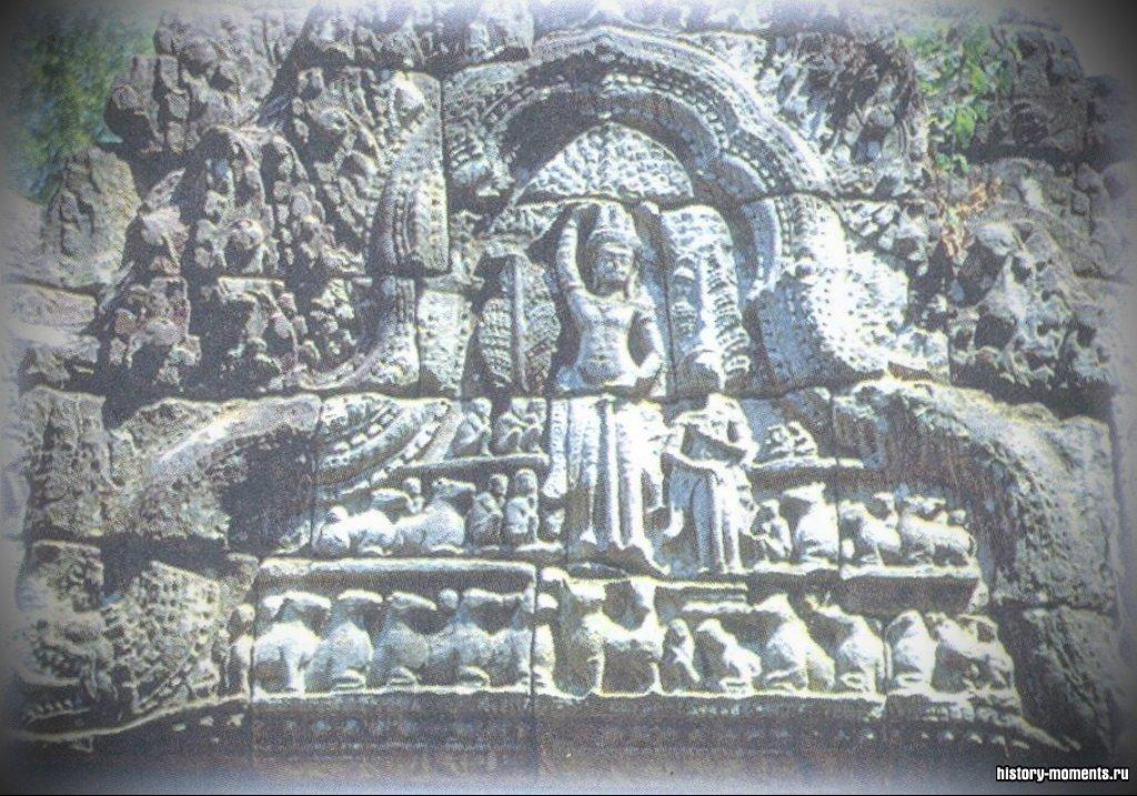 Эта резьба украшала стену Анг-кор-Ват (в Камбодже) - самом большом из когда-либо построенных храмовых комплексов. Опасность для храма представляют не только военные действия в стране, но и туристы, отбивающие кусочки стен для сувениров.