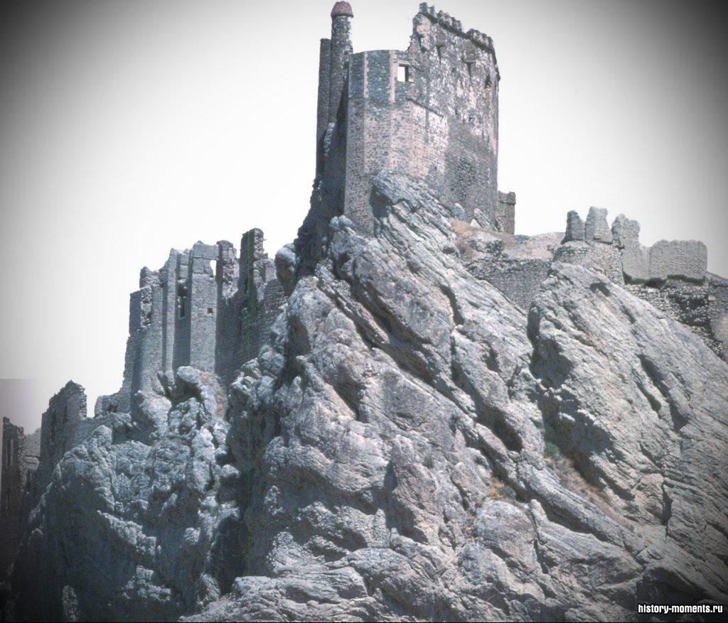 Развалины крепости, возведенной урартами, на территории современной Турции.