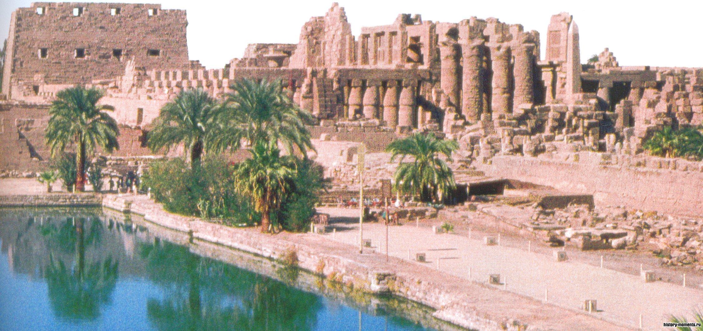 Так выглядит сегодня большой храмовый комплекс в Карнаке. На переднем плане - священное озеро, за ним - развалины храма.