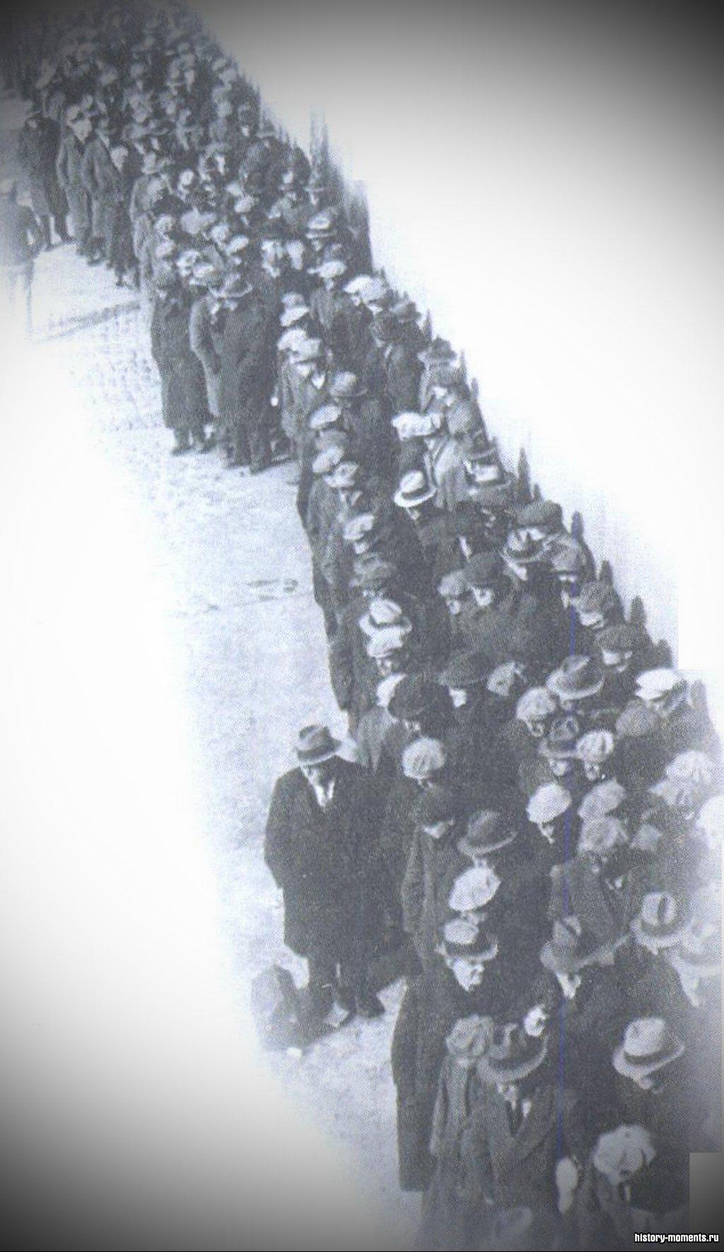 Сотни людей в Нью-Йорке часами стояли в очередях на бирже труда или за бесплатными обедами.