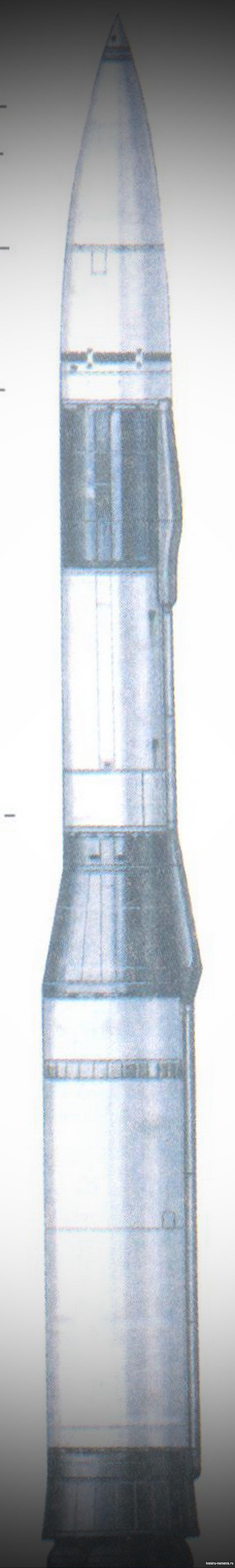 США и СССР нако пили огромные запасы ракет даль него радиуса действия. Американская ракета «Минит-мен», созданная в 1961 г., способна поразить цель на рас стоянии 8000 км.