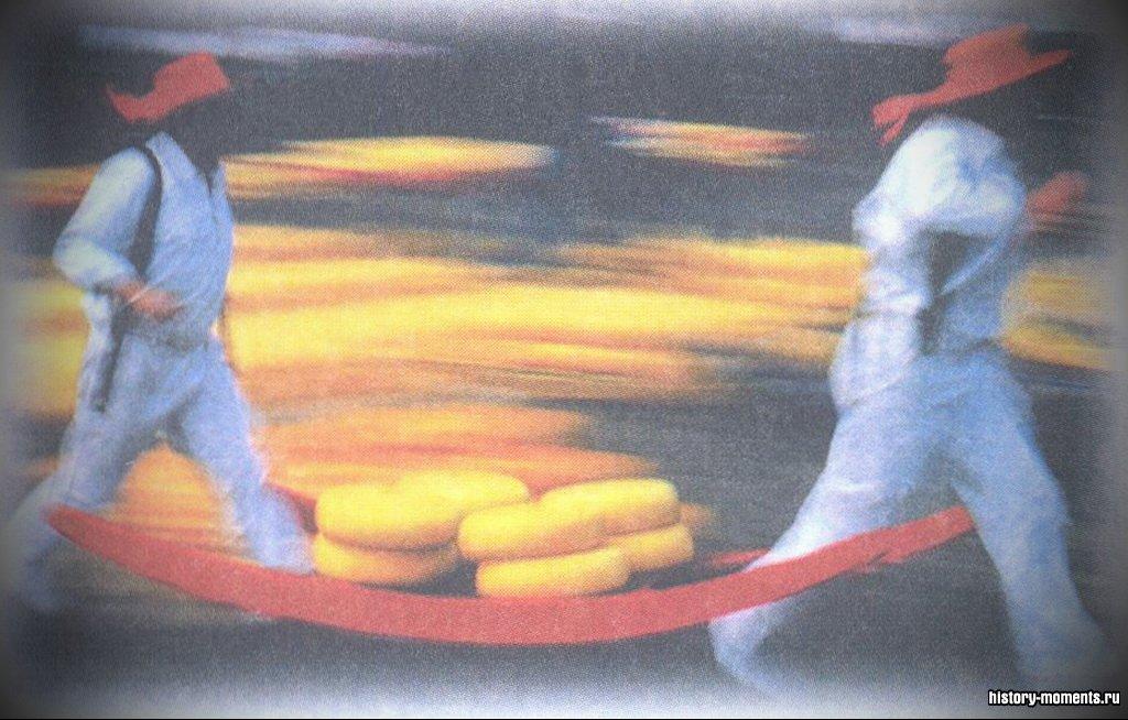 На знаменитом сырном рынке в голландском городке Алкмаар продаются самые разнообразные сыры, например огромные круги сыра «гауда».