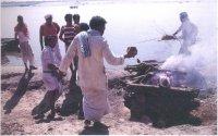 На берегах реки Ганг у священного города Варанаси индусы устраивают погребальные костры, веря, что кремация в этом месте освобождает умершего от бесконечного цикла рождений и смерти.