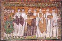 Византийская мозаика VI в., украшающая клирос церкви Сан-Витале в Равенне, отражает влияние искусства Константинополя. На этом фрагменте изображены император Юстиниан и его свита.