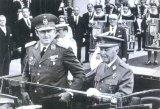 Альфредо Стреснер (слева), президент Парагвая, участвует в моторизованной процессии вместе с генералом Франсиско Франко, диктатором Испании. Оба возглавляли репрессивные правые режимы.