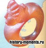 Янтарь для изготовления украшений, подобных этому кольцу, привозили с Балтийского взморья.