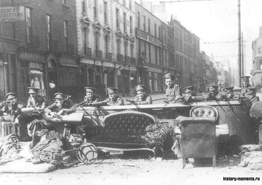 Британские солдаты на баррикаде в Дублине во время Ирландского восстания на Пасхальной неделе 1916 г.
