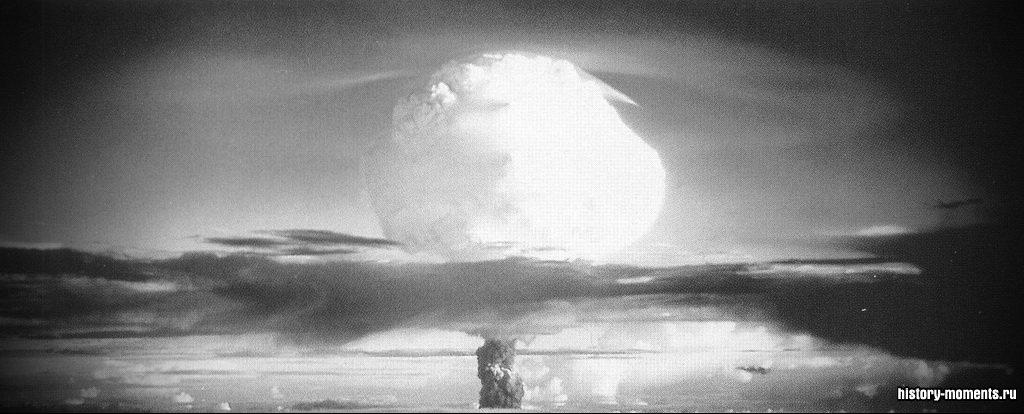 США взрывают первую водородную бомбу на атолле Эниветок в Тихом океане (1952).