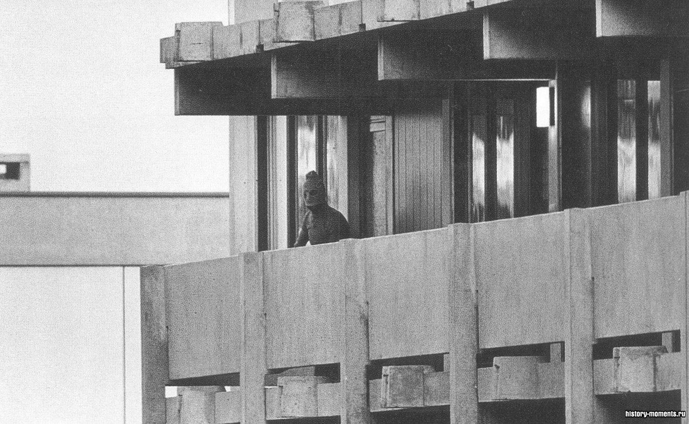 Террорист из «Черного сентября» в маске на балконе квартиры израильских спортсменов в мюнхенской Олимпийской деревне. Этот зловещий образ стал символом Олимпиады-1972.