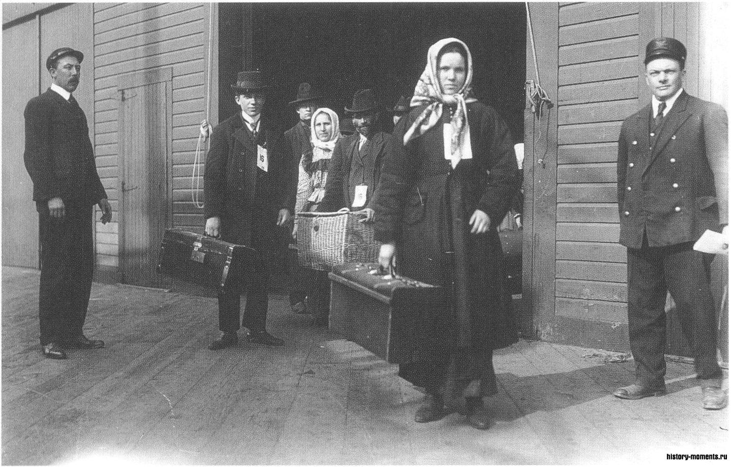Иммигранты вступают на Эллис-Айленд близ Нью-Йорка, в надежде на лучшую жизнь в Новом Свете. Прозванный Островом слез, поскольку не всех желающих пропускали дальше, он принимал в начале XX в. по 2 тыс. человек ежедневно.