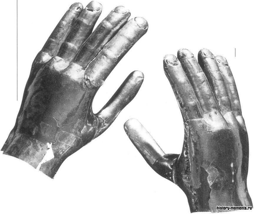Поиски легендарных богатств Эльдорадо стимулировались находками в Андах сокровищ, подобных этим золотым «перчаткам» из перуанской гробницы.