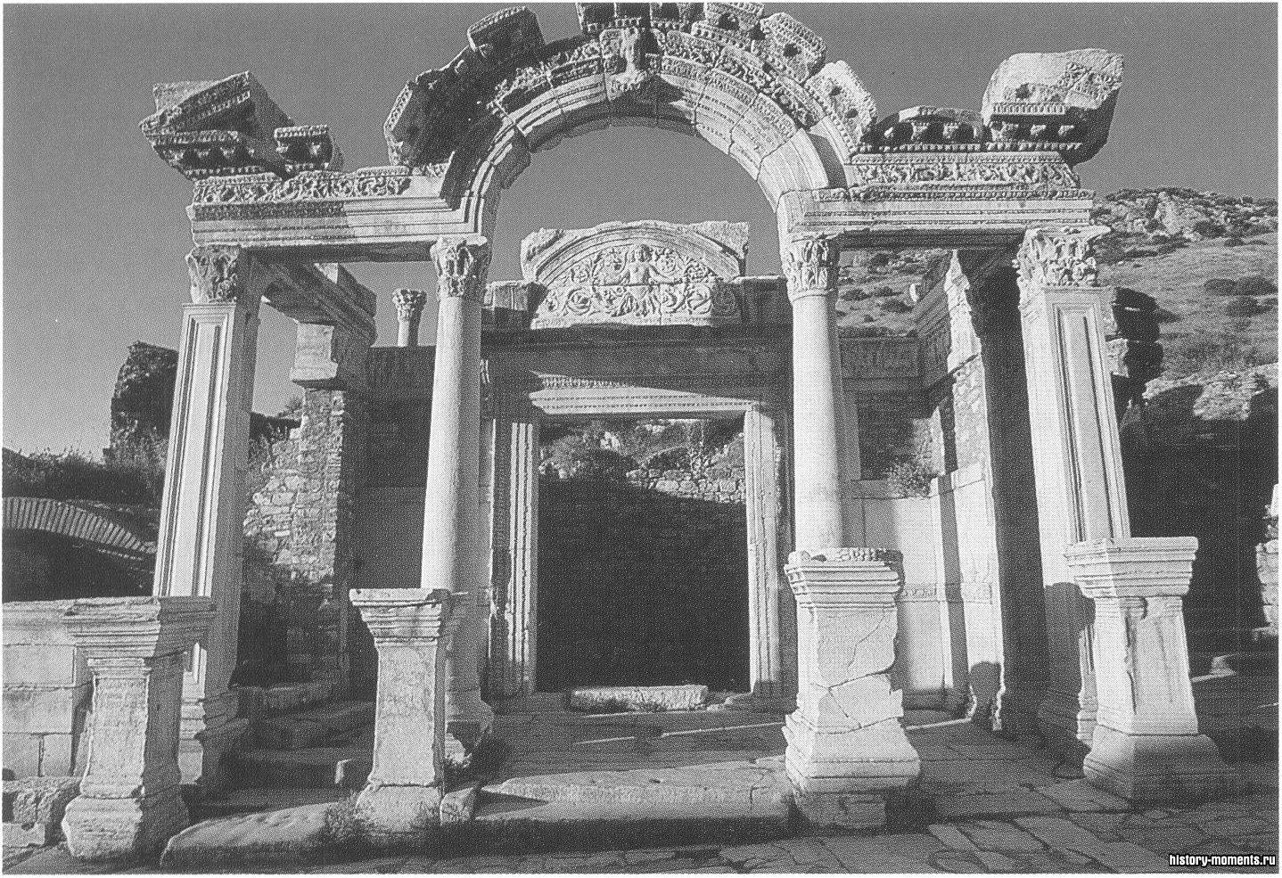 Эфес — один из крупнейших в мире археологических памятников. Храм Адриана с изящными коринфскими колоннами выстроен в 118 г. в честь этого римского императора, богини Артемиды и самого города.