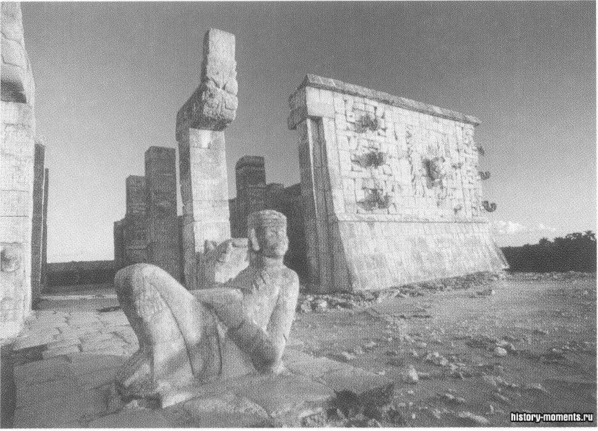 Скульптура бога Чака в полулежащей позе с закинутой назад головой расположена на ступенях Храма воина в Чичен-Ице — одном из городов майя на Юкатане.