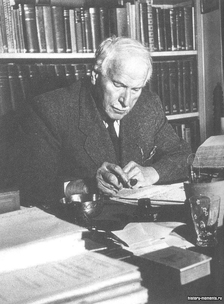 Юнг просматривает работу по психоанализу в 1952 г. в Базельском университете, Швейцария, где он с 1944 по 1961 г. был профессором психологии.