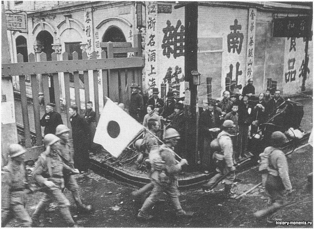 Японские войска входят в 1939 г. в Гуанчжоу. Поражение Японии во Второй мировой войне покончило с ее претензиями на господство в Китае.
