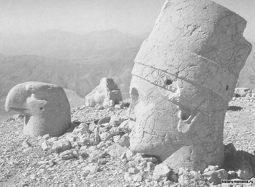 Голова Аполлона в Сирии (слева) — память о царе Антиохе I, ведшем родословную от этого греческого бога.