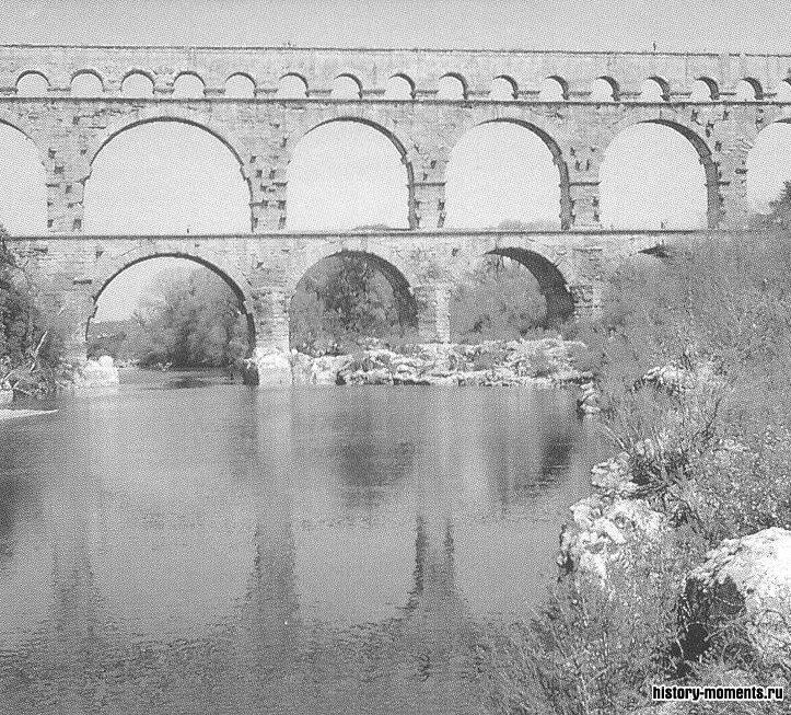 Акведук Пон-дю-Гар построен римлянами для подачи воды в Ним (Франция).