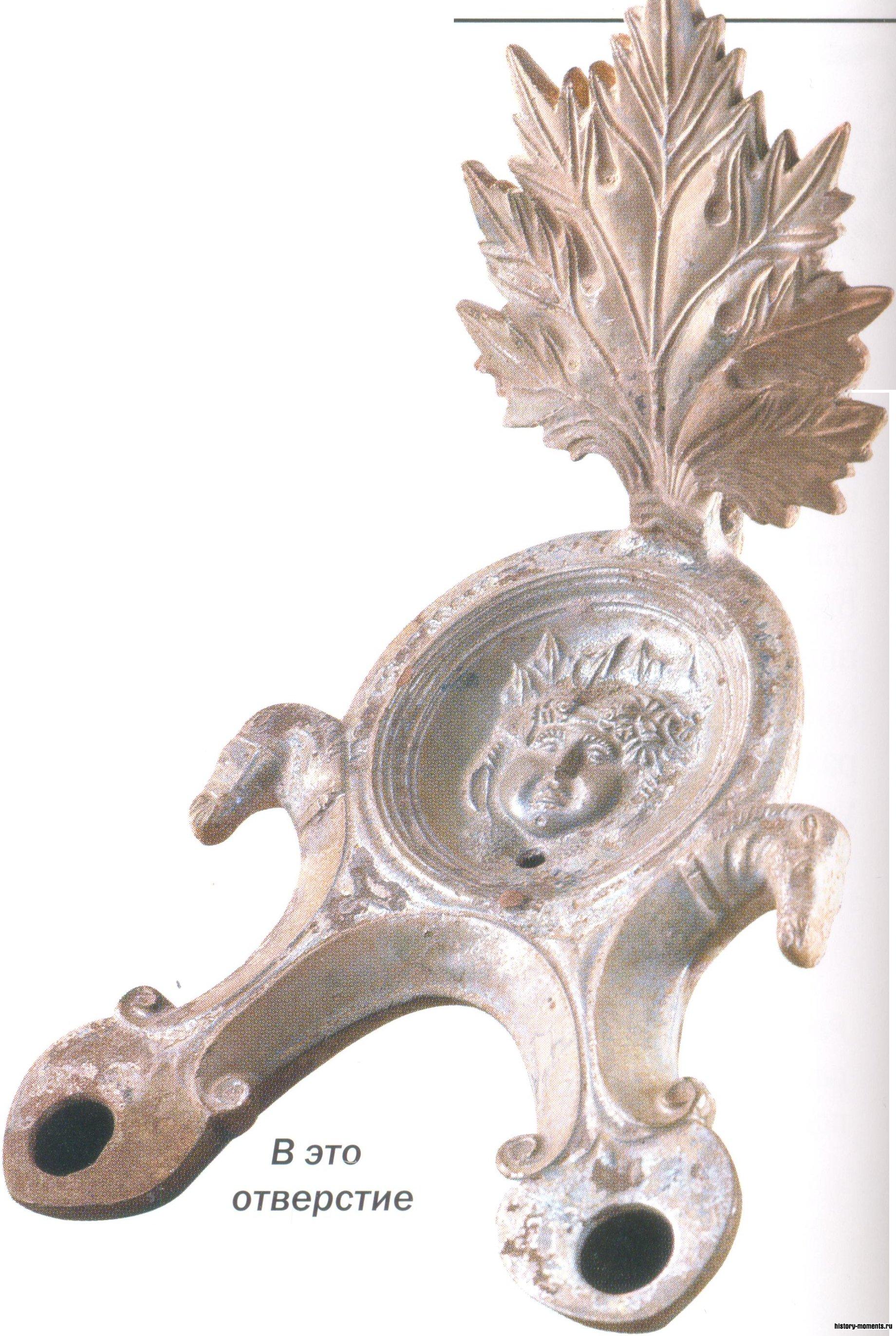 Виллы богачей освещали масляные лампы, украшенные изящными рельефами.