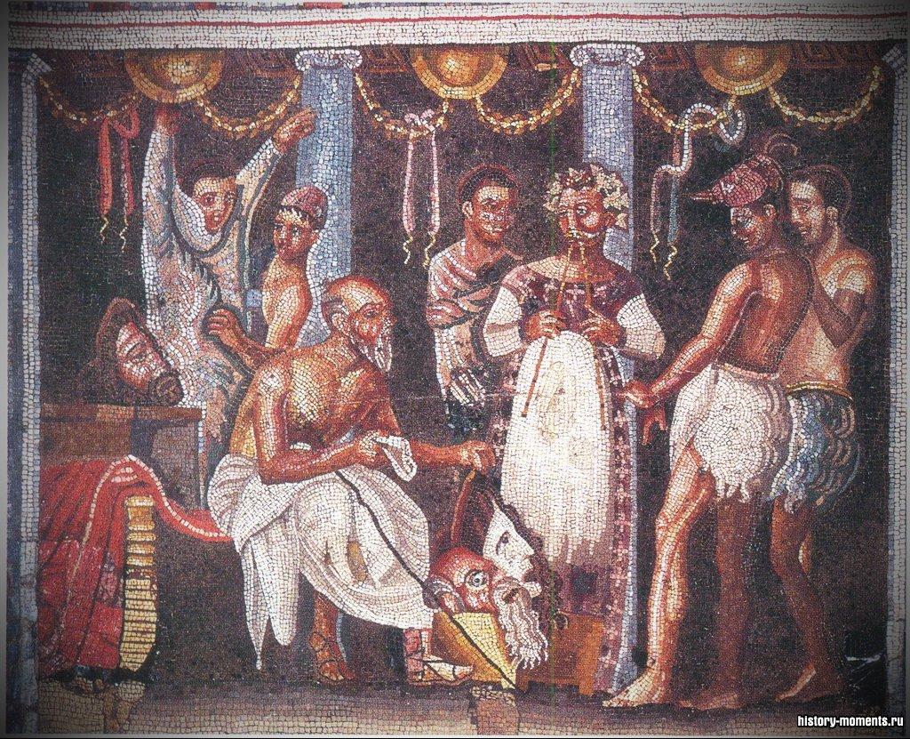 На мозаике изображена театральная труппа, готовящаяся к представлению. Актеру слева помогают надеть костюм.