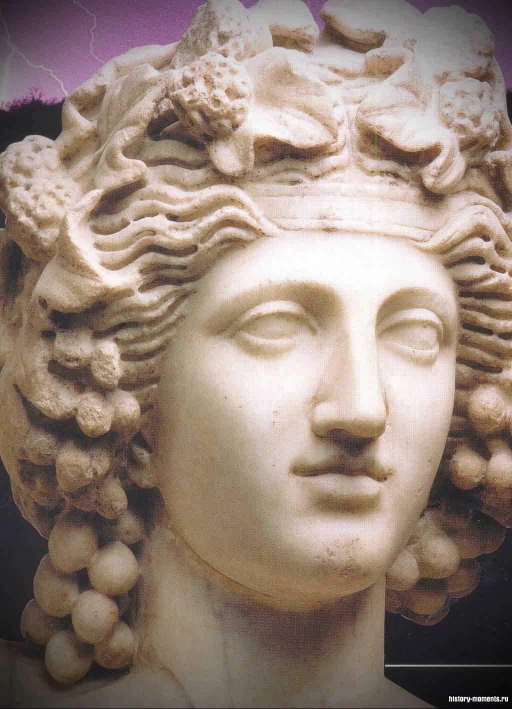 Это статуя бога вина Вакха в венке из виноградных гроздьев.
