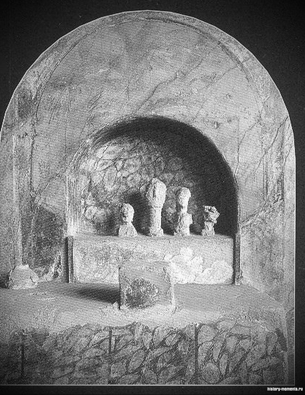 Этот ларарий был обнаружен в одном из домов Помпей. Перед статуэтками духов семья возлагала дары.
