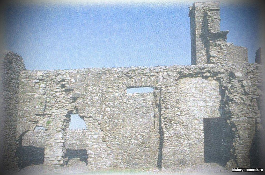 В монастырях монахи жили и совершали богослужения. Это руины монастыря в Ирландии.