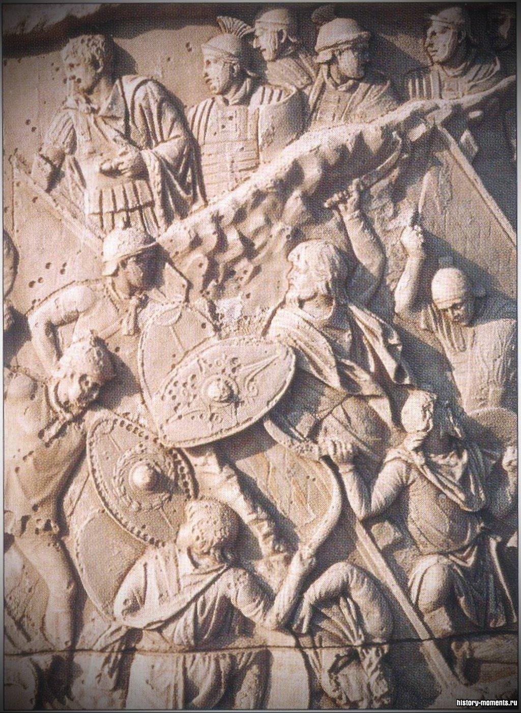Рельеф с колонны Траяна, изображающий римских солдат в бою.
