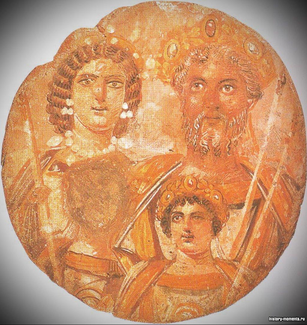 Здесь изображен Септимий Север со своей семьей. Один из его сыновей, император Каракалла, убил другого, а затем приказал стереть лицо брата со всех изображений. Там, где было его лицо, теперь пятно.