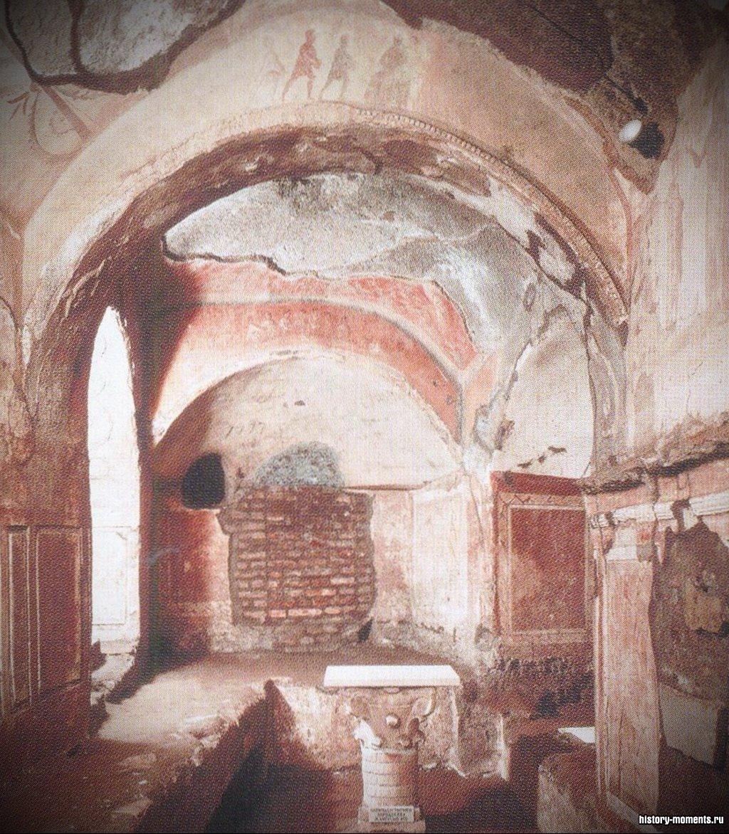 Стены катакомб были расписаны библейскими сюжетами.