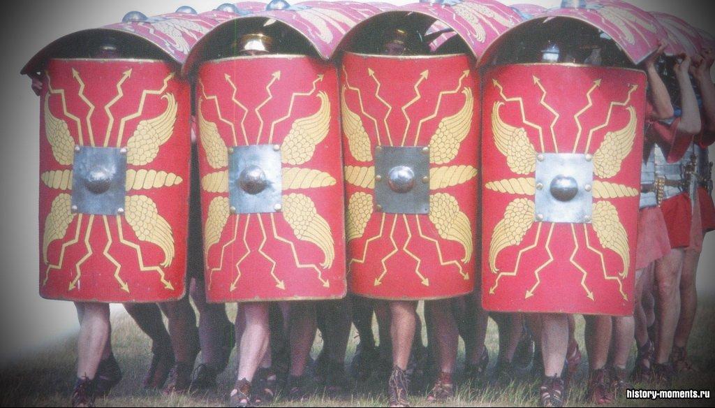 Мужчины в форме римских солдат построились «черепахой».